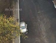 В Харькове дорожники положили асфальт вокруг авто