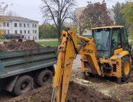 Работники Никопольводоканала продолжают ремонтные работы по ул. Шевченко 79