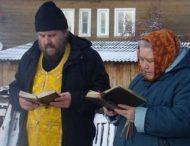 Поломаный фонтан, заливающий российский город, чинят молитвой