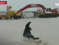 Австралийский фермер на радостях искупался в луже
