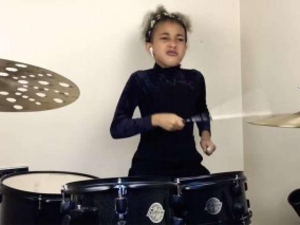 Девятилетняя барабанщица взорвала Сеть своим импульсивным выступлением