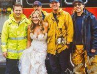 Застрявшая в пробке невеста сменила лимузин на пожарную машину, чтобы не опоздать на свадьбу