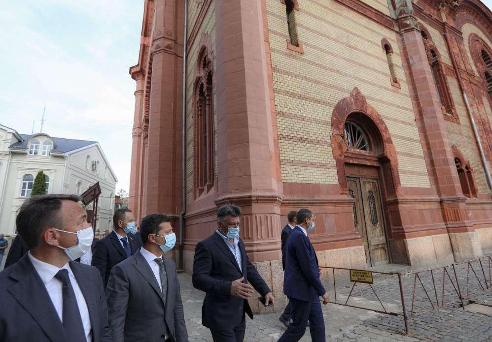 В Ужгороді Глава держави відвідав Хрестовоздвиженський греко-католицький собор і Cвято-Миколаївську церкву, вручивши там державні нагороди