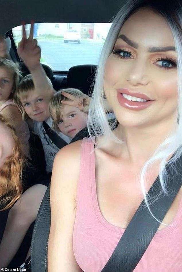 Мать четверых детей стала «девушкой года» в Playboy