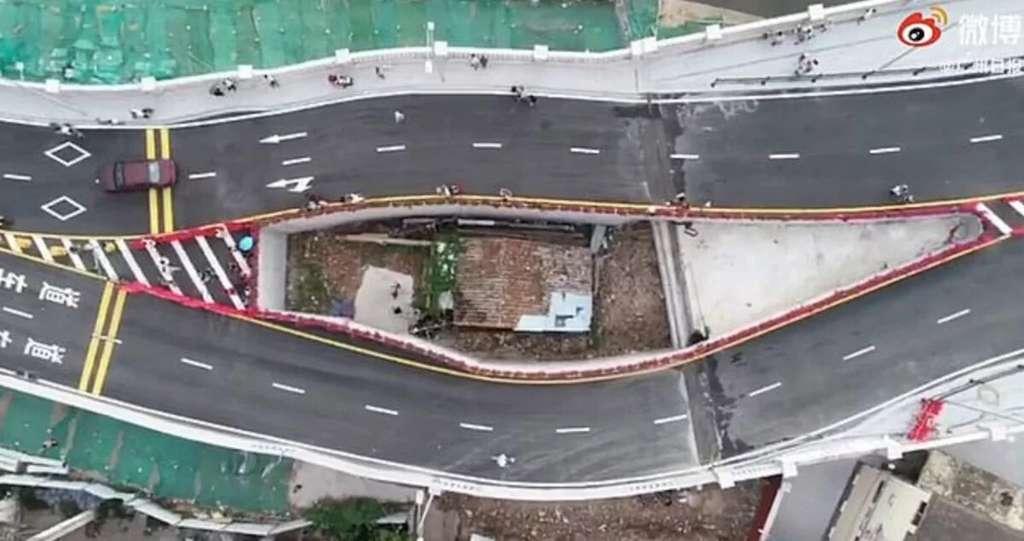 Китаянка живет в доме на четырехполосном шоссе