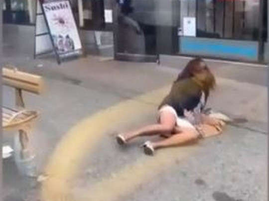 Женщина плюнула в лицо мужчине за замечание о маске