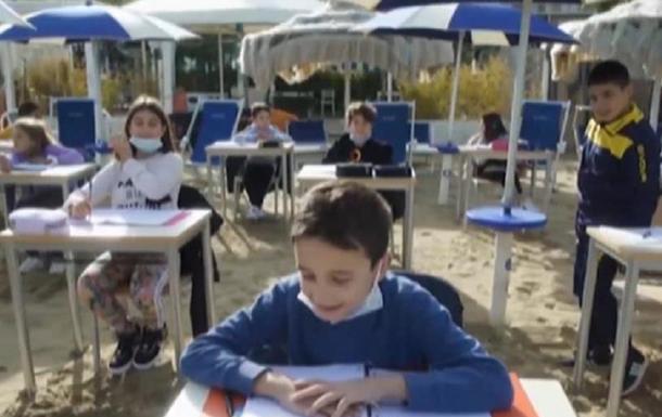 В Италии школьники занимаются за партами на пляже