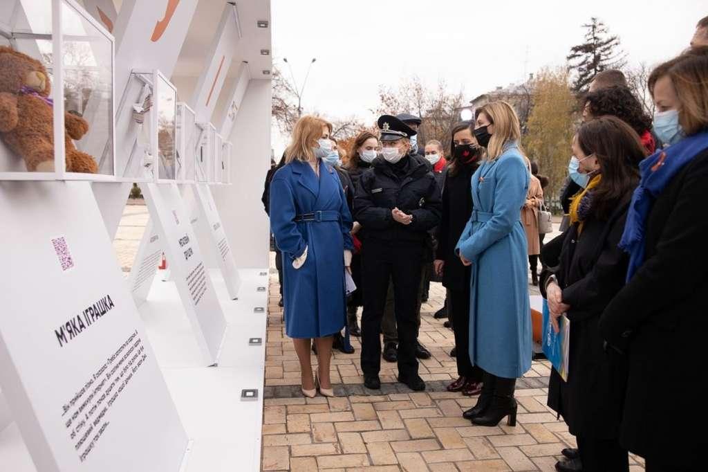 Олена Зеленська відкрила виставку, присвячену проблемі домашнього насильства