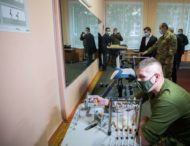 Завдяки волонтерам була побудована сучасна українська армія – Володимир Зеленський під час відвідання центру реабілітації військових в Ірпені