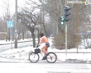 Мужчина в трусах и с шарфом катался на велосипеде