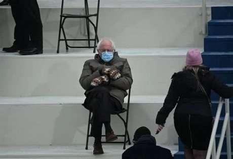 Сенатор Берни Сандерс выпустил свитшоты со своим вирусным фото