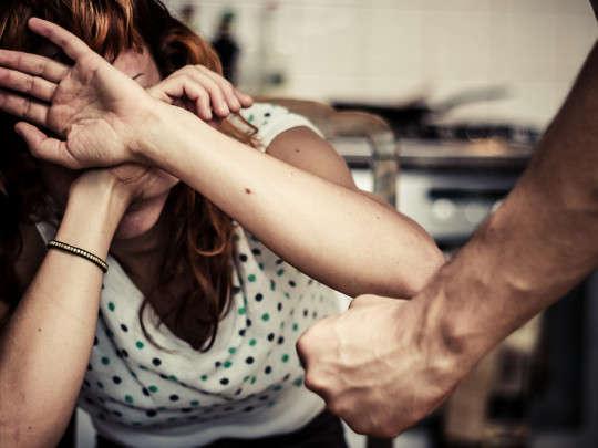 Женщине, которую избивал муж, выписали штраф за громкие крики