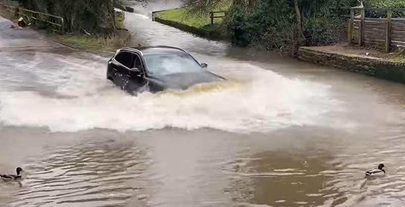 Водитель кроссовера Jaguar «нырнул» в огромную лужу