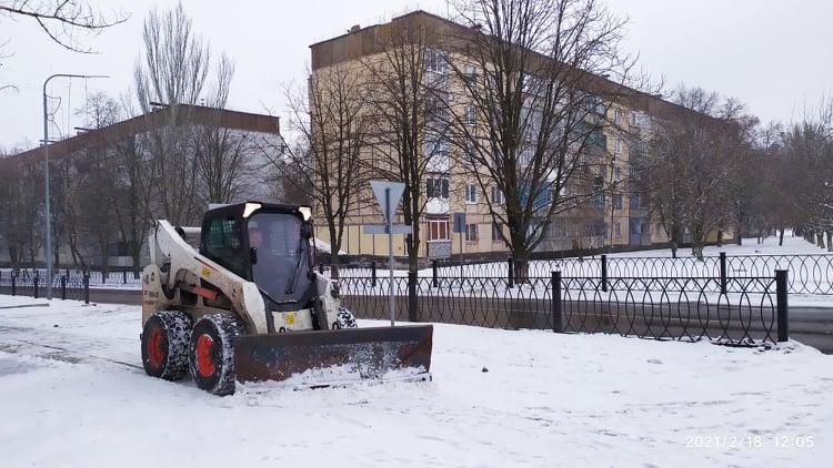 Комунальники  Покрова продовжують прибирати сніг