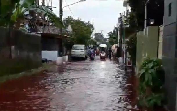 Индонезийскую деревню затопило красной водой