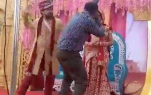 Жених из ревности накинулся на свадебного фотографа