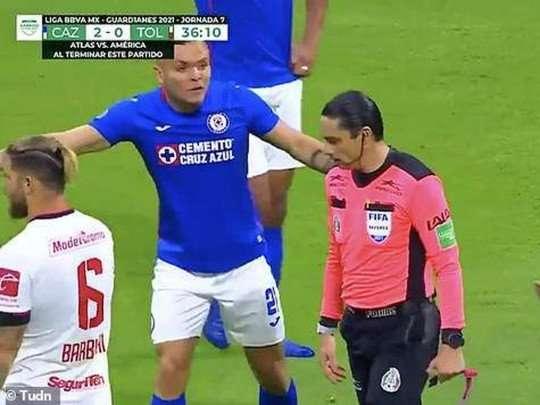 Арбитр помешал команде забить гол