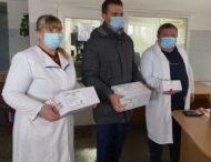 Чиновники устроили фотосессию с вакцинами