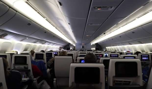 Женщина устроила настоящий дебош на борту самолета