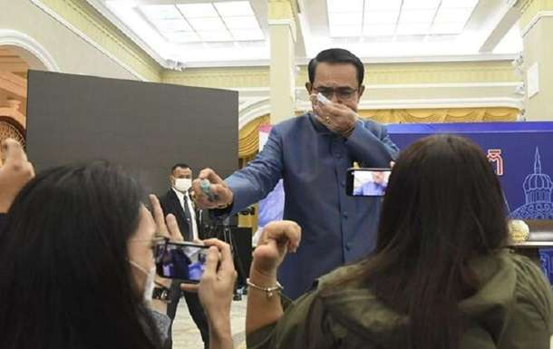 Премьер Таиланда распылил на журналистов антисептик