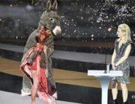 Актриса вышла на сцену премии Сезар в костюме осла и разделась