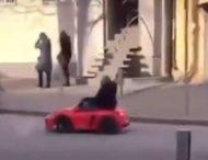 По Днепру разъезжал мужчина на игрушечном автомобиле