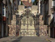 Испанский художник превратил старую лестницу в величественные королевские ворота