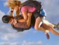 Пара вступила в интимную близость во время прыжка с парашютом