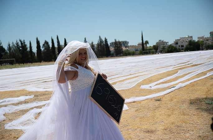 Невеста c 7-километровой фатой стала рекордсменкой