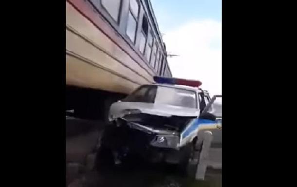 Электричка столкнулась с полицейским авто