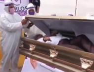 Политик в Мексике лег в гроб на встрече с избирателями