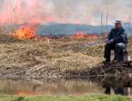 Рыбак продолжал ловить рыбу несмотря на пожар