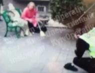 Женщина ударила полицейского метлой