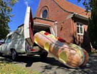 Новозеландец делает гробы в виде кораблей, пончиков и не только