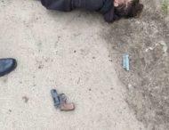 Убегая от полицейских, мужчина дважды выстрелил сам в себя