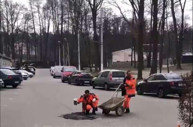 Работники автодора укладывали свежий асфальт кирпичом