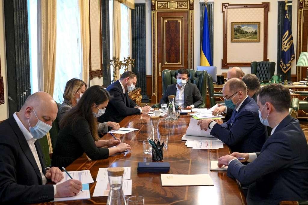 Проходження третьої хвилі пандемії COVID-19 та підготовку до Великодніх свят обговорили на нараді у Президента України
