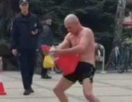 Мужчина устроил на улице странное представление