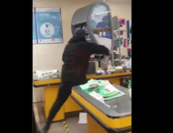 Мужчина с топором разгромил кассы и прилавки в супермаркете