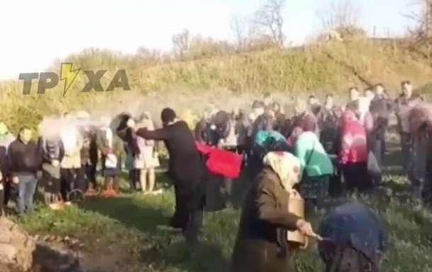 Священник освятил прихожан прямо из ведра