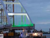 200-метровый мост перевозят через весь Роттердам