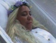 Доминиканка устроила репетицию собственных похорон