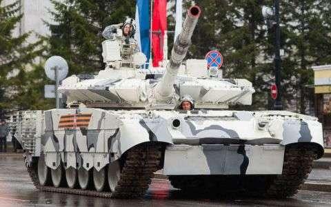 В России танк на полном ходу врезался в светофор