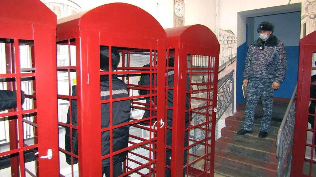 В исправительной колонии России установили телефонные будки, выполненные в «лондонском стиле»