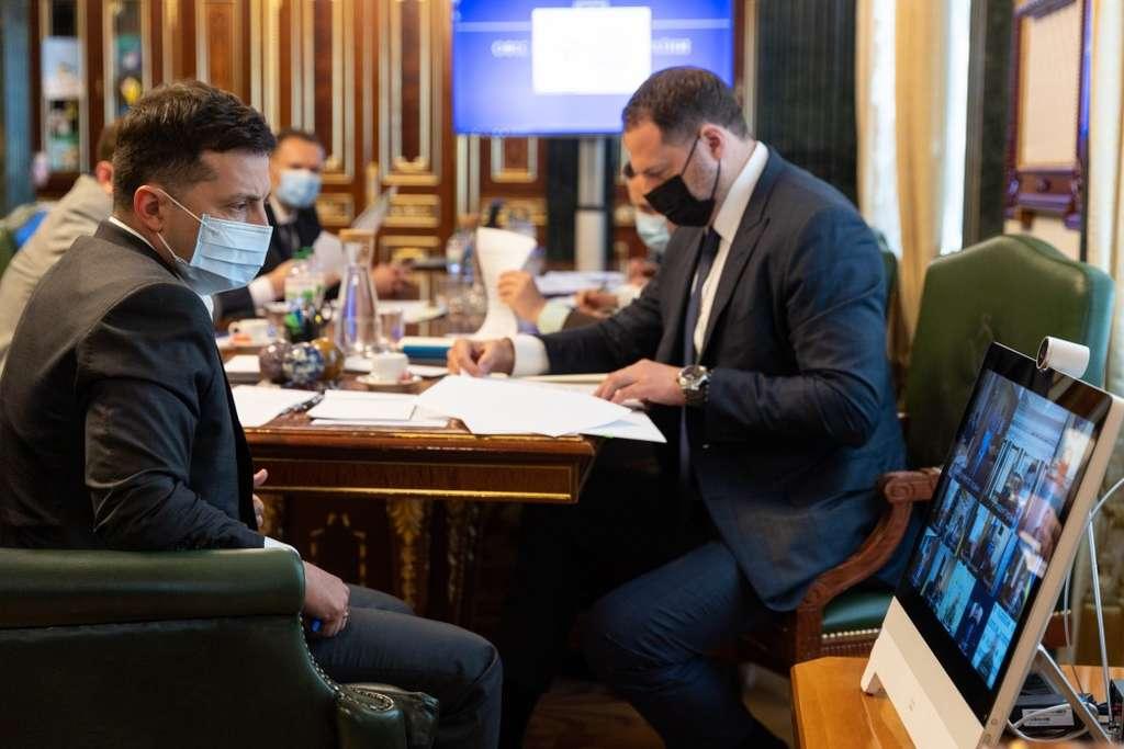 Ситуацію із захворюваністю на COVID-19 та перебіг вакцинації в Україні обговорили на нараді у Президента