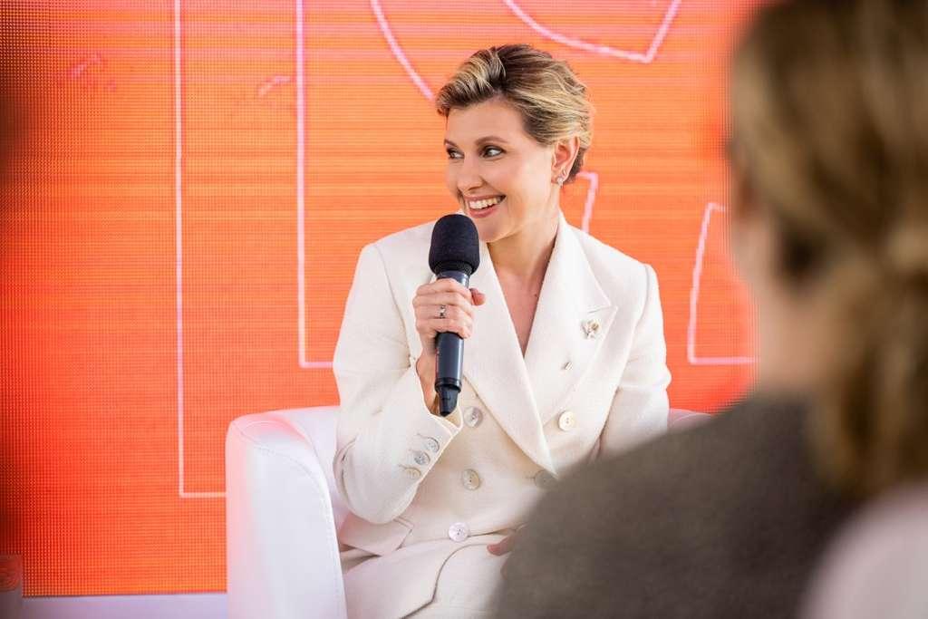 Перша леді Олена Зеленська взяла участь у нагородженні переможниць конкурсу есе «Наука – це вона»
