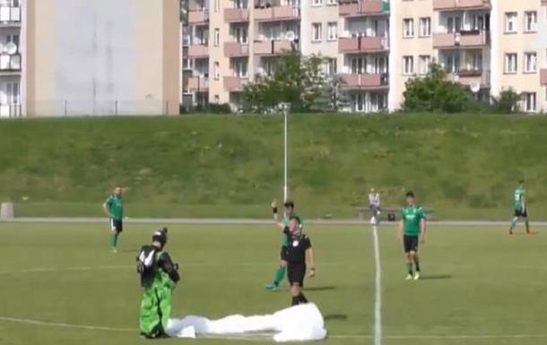 Футбольный матч прервал парашютист