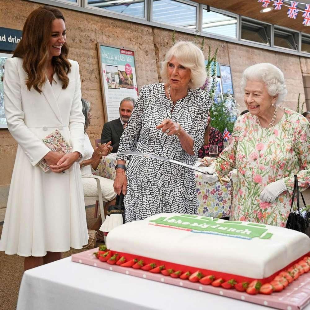 Королева решила разрезать торт мечом