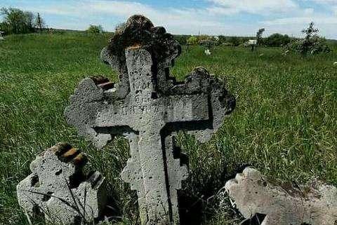На Днепропетровщине сохранилось старинное кладбище с древними надгробьями (фото)