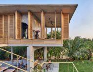 В тропиках построили висячий дом